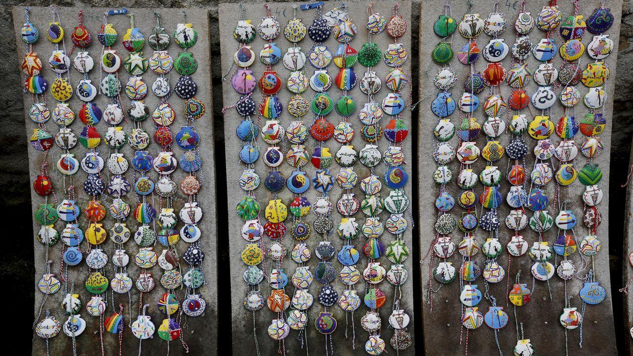 Conchas personalizadas decoradas a mano, en una tienda de Moutras