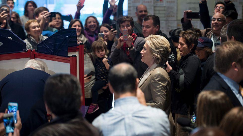 Hillary Clinton se ha mostrado confiada en su victoria al ir a votar.