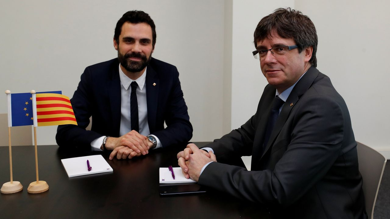 Torrent suspende la investidura de Puigdemont «hasta que pueda celebrarse un debate con garantías».Reunión en el Parlamento catalán
