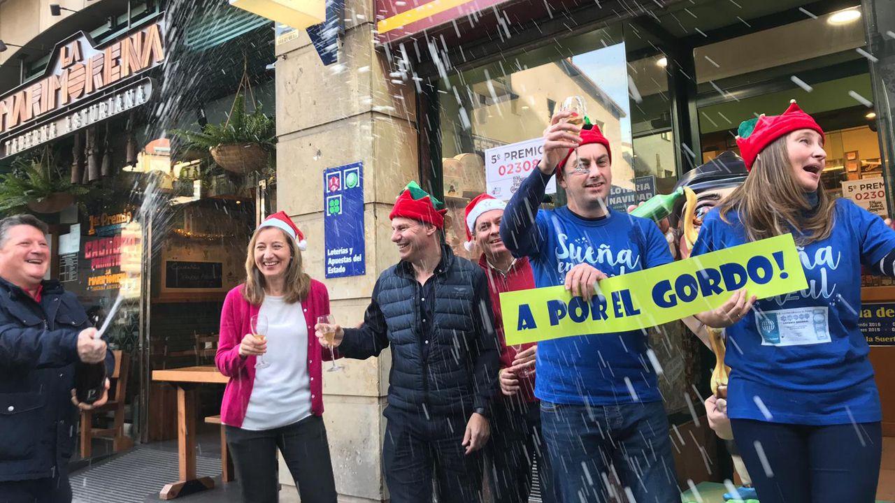 La familia que regenta la administración de la calle Jovellanos en Oviedo celebrando el premio gordo de la Lotería de Navidad