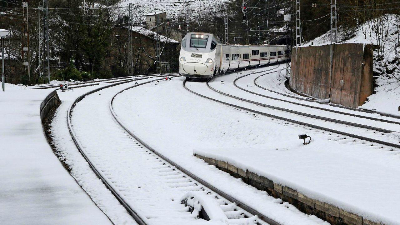 El colapso en Madrid llega a los hospitales, con centros completamente bloqueados.Vista del tren Alvia a su llegada a la estaciónn de Puente de los Fierros en las laderas del puerto de Pajares (Asturias)