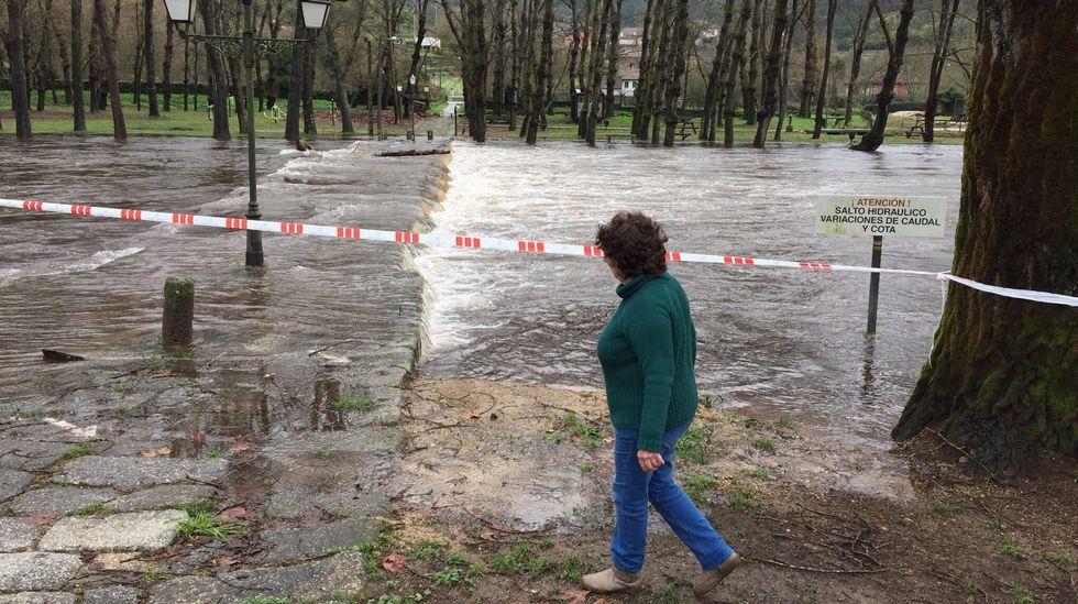 Crecida del río Avia en Ponte das Poldras, en el área recreativa O Salgueiral, en Leiro, Ourense.