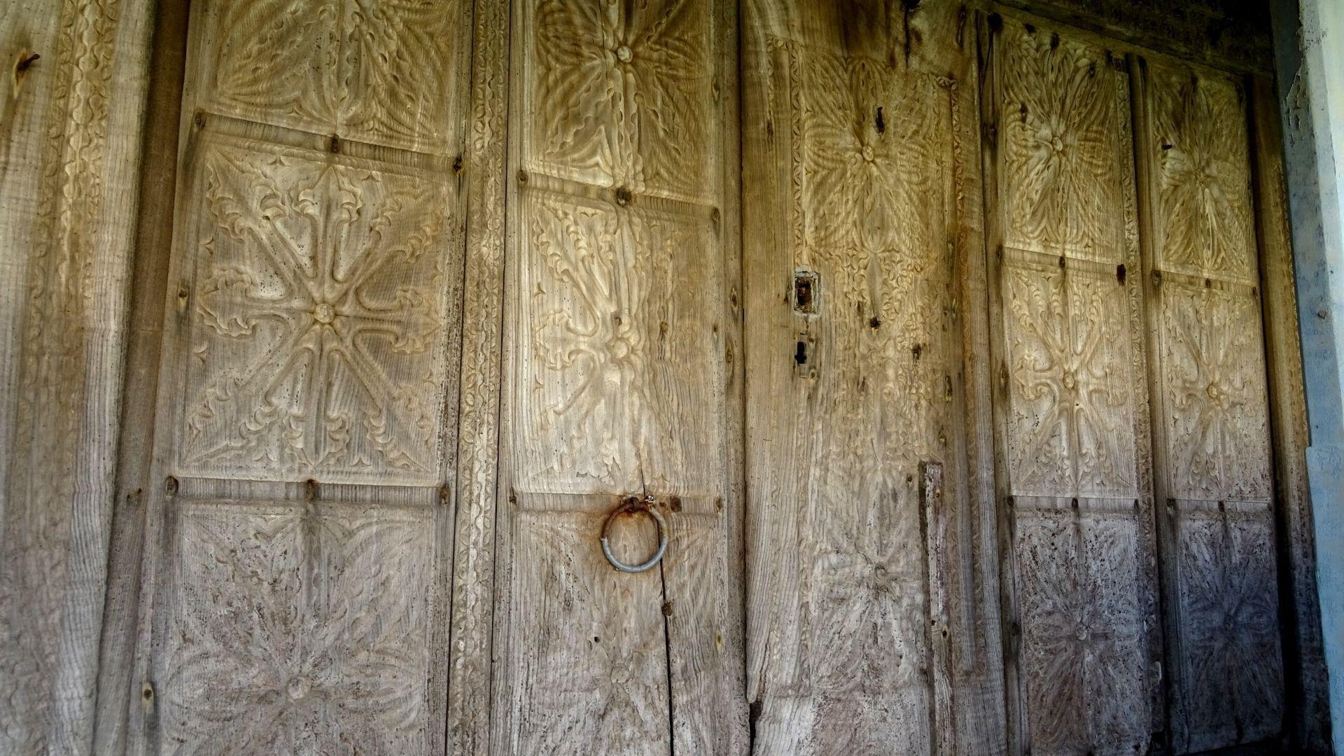 Detalle de las laboriosas tallas en las puertas