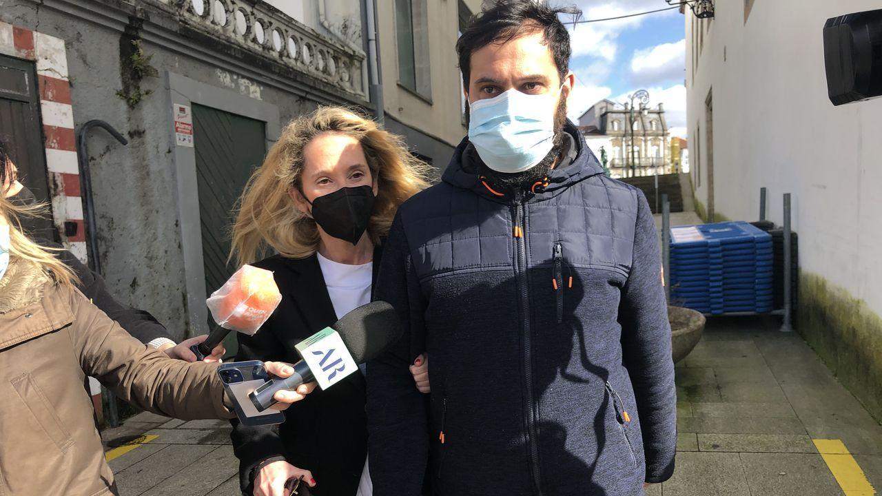 Pablo, viudo de Cristina, que fue asesinada en Oza-Cesuras en enero del 2021, con su abogada tras salir de declarar en el juzgado de Betanzos