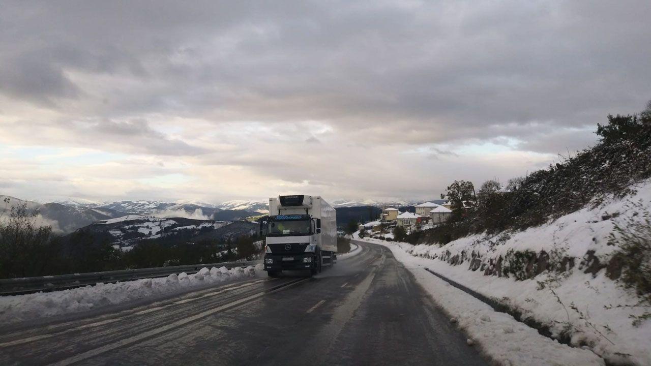 Carreteras asturianas durante el temporal de nieve en una imagen de archivo.
