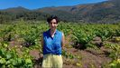 Andrea Arias en medio de su viñedo en el concello de A Rúa