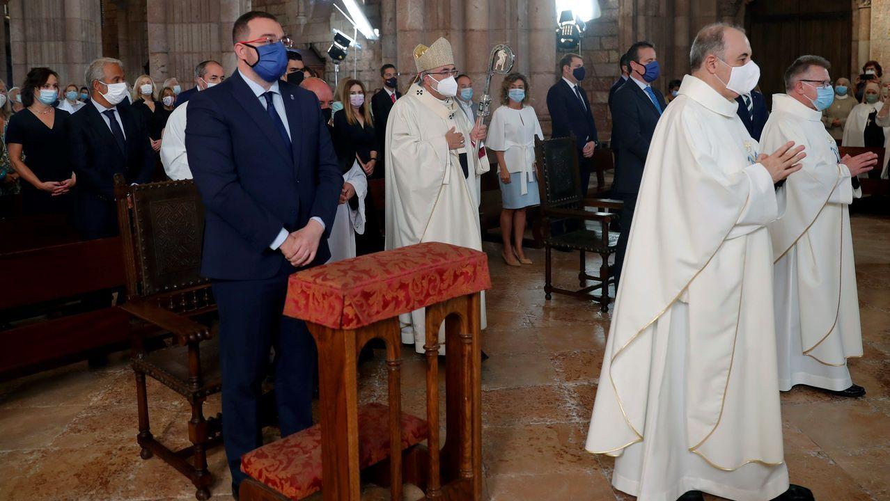 El arzobispo de Oviedo, Jesús Sanz Montes (c), oficia este martes en la basílica de Covadonga una eucaristía a la que ha asistido el presidente del Principado, Adrián Barbón (izda), el del parlamento regional, Marcelino Marcos Líndez, y la delegada del Gobierno, Delia Losa, entre otros