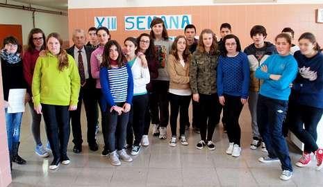 Santiago Pemán, ayer, con un grupo de alumnos de Ponteceso.