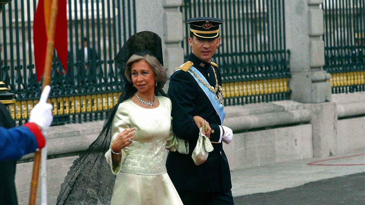 El 22 de mayo de 2004, como madrina en el enlace de su hijo y Letizia Ortiz