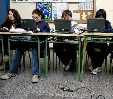 Foto de archivo de alumnos del colegio de Vite en el aula de informática.