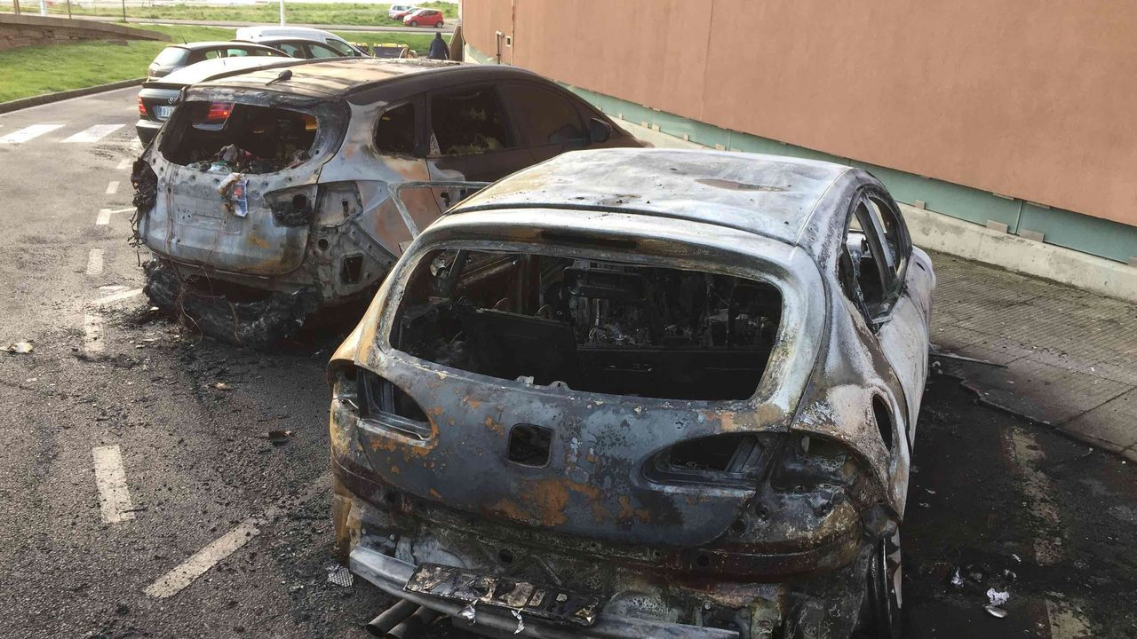 Un incendio calcina dos coches aparcados en las inmediaciones del Millenium.Laura, en la ventana desde la que saludaba a su vecino