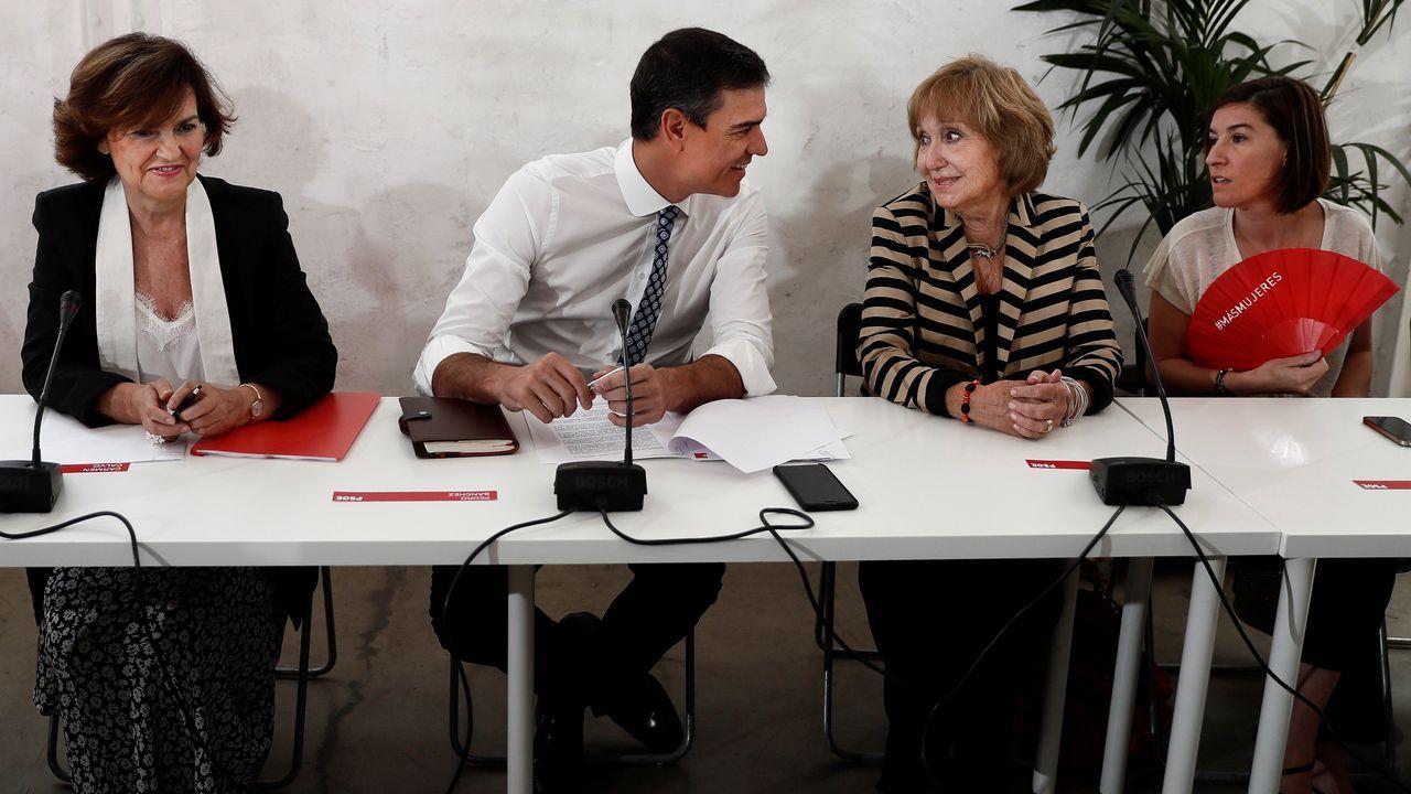 Carmen Calvo (a la izquierda) y Pedro Sánchez se reunieron este jueves con representantes de las asociaciones de igualdad