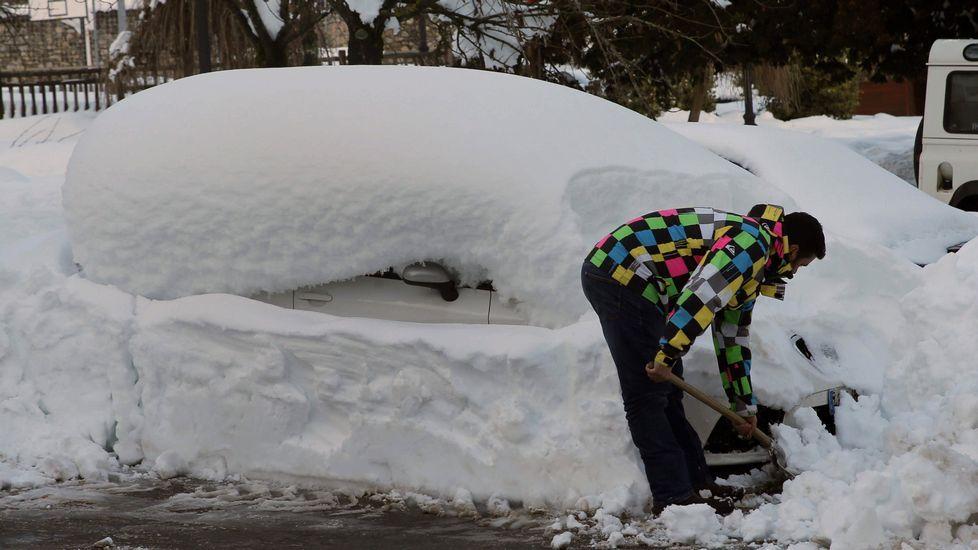 Un vecino de Felechosa retira la nieve de su coche