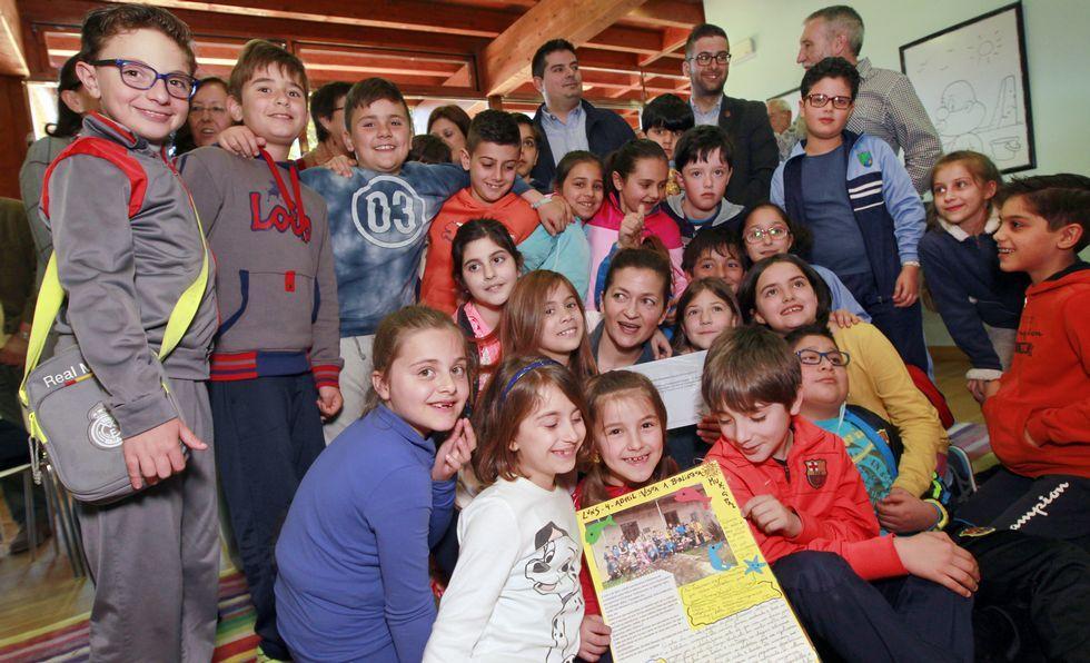 Los estudiantes del colegio San Tomé acompañaron a María Vázquez en la recogida del premio de la Fundación Biblioteca Social.