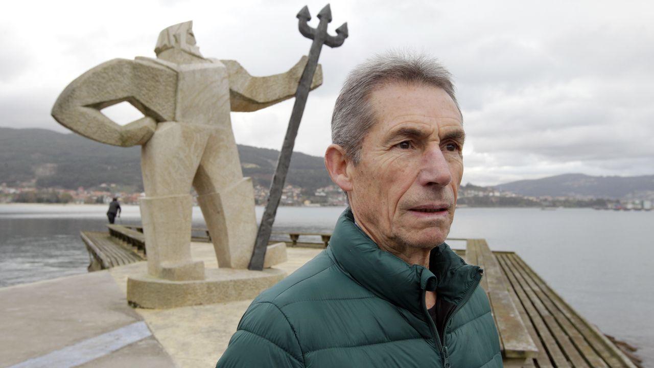 Xil co «fisgón», que representa unha arte de pesca tradicional no paseo marítimo da súa Moaña natal
