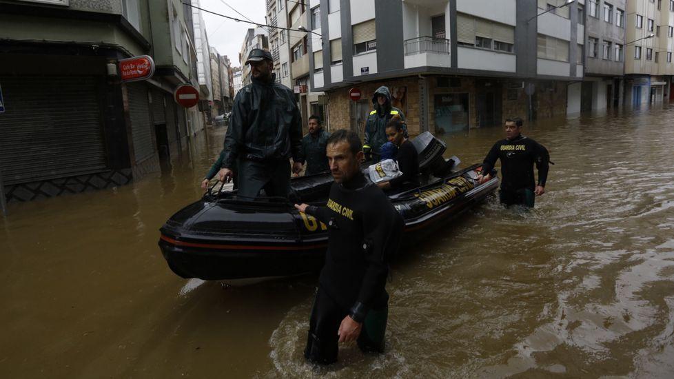 Evacuación de vecinos en Sada.