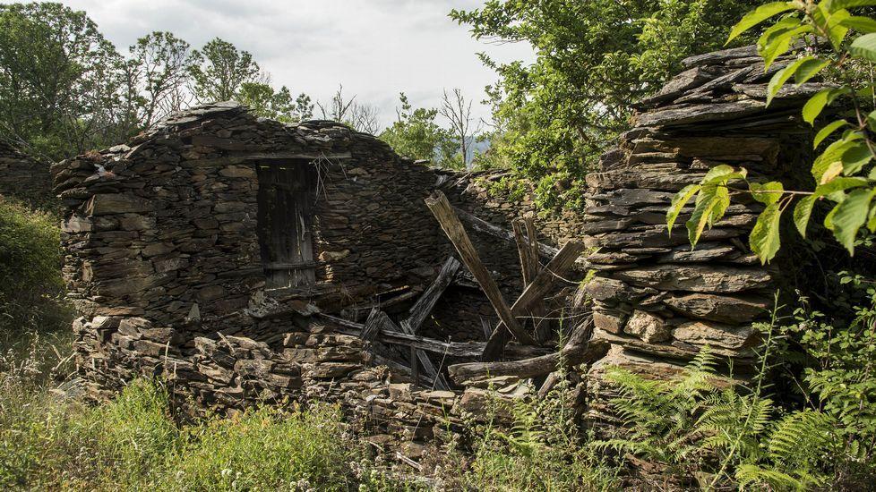 Restos de otra de las construcciones de la aldea abandonada