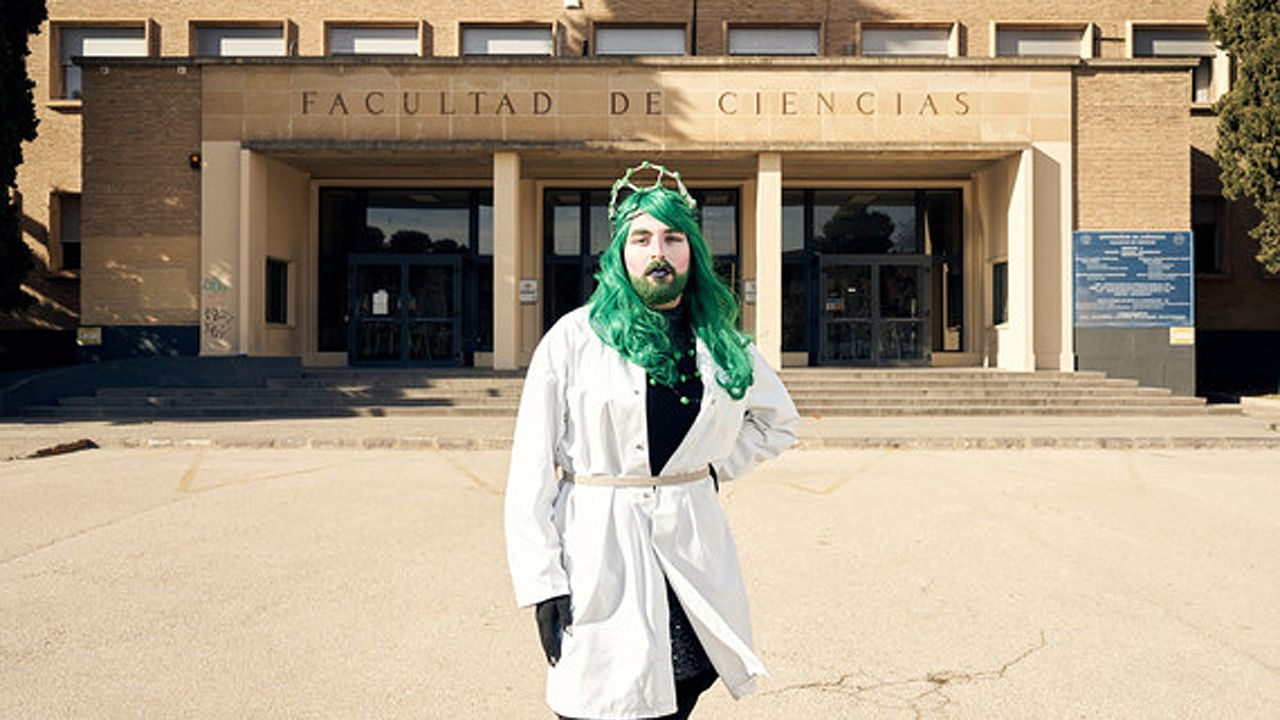 Sassy Science en la puerta de la facultad de Ciencias de la Universidad de Zaragoza.