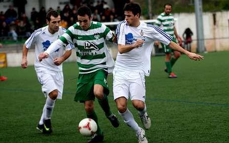 El medio paiosaquista Mariano y el delantero Guillerme disputan un balón en el derbi.
