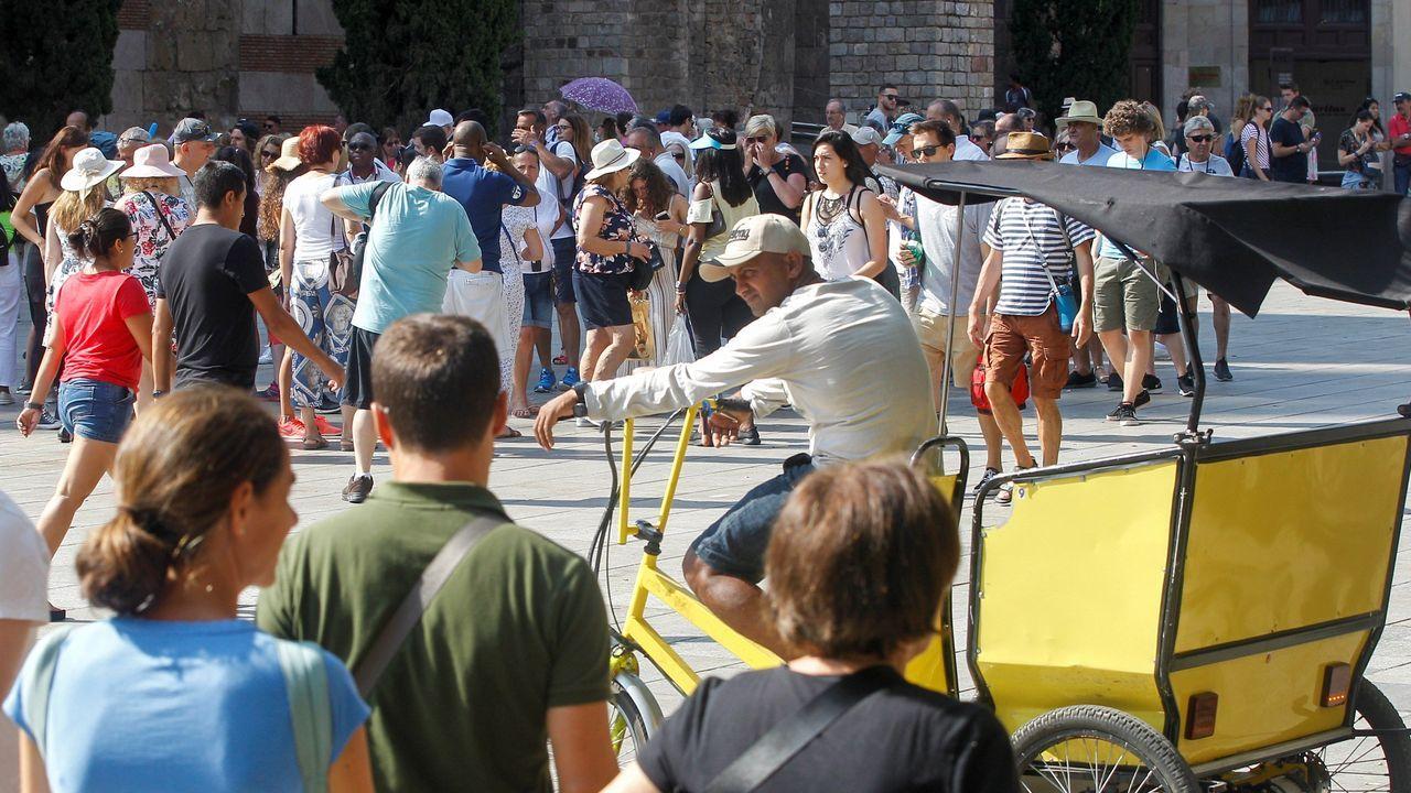 Unos turistas pasean por las Ramblas de Barcelona