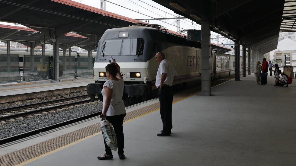 Preparativos de la mesa electoral en Burela, donde el próximo domingo habrá elecciones municipales.Estación de tren de Ourense