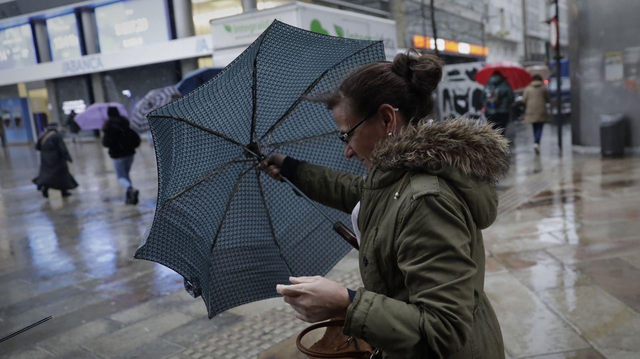 Hoy es difícil abrir el paraguas en Galicia. En la imagen, A Coruña.