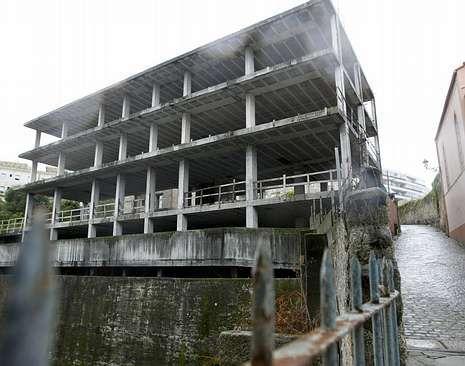 El número 18 de la calle Llorente, que se subastará por 343.750 euros el 6 de febrero, sigue habitado. El 16, está en ruinas. El edificio de Santa Marta sigue paralizado.