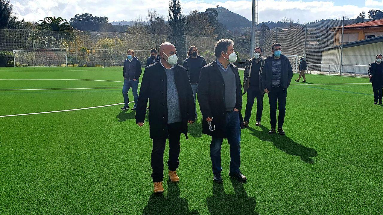 Tino Fernández y Miguel Anxo Fernández Lores, en la recepción por parte del Concello del nuevo campo de fútbol de Ponte Sampaio