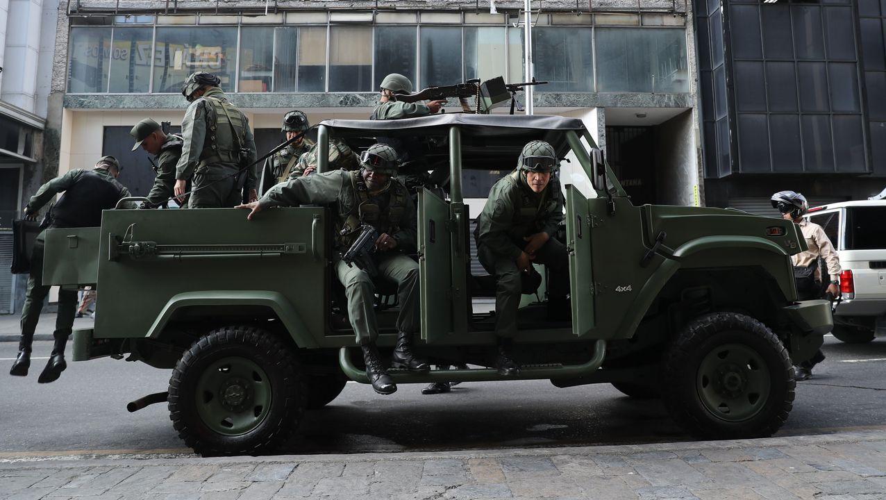 Soldados desciencen de un vehículo militar, ayer en Caracas