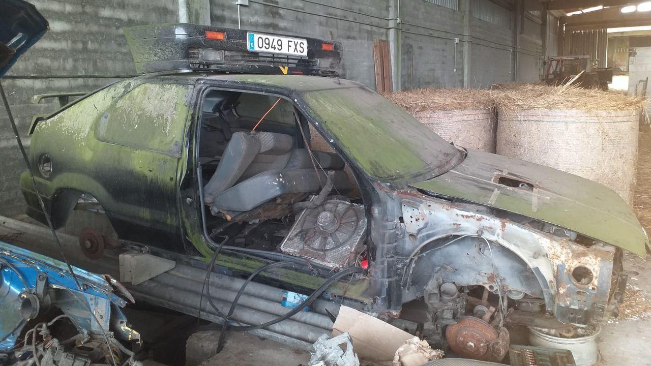 El coche multado está en este galpón de Mazaricos