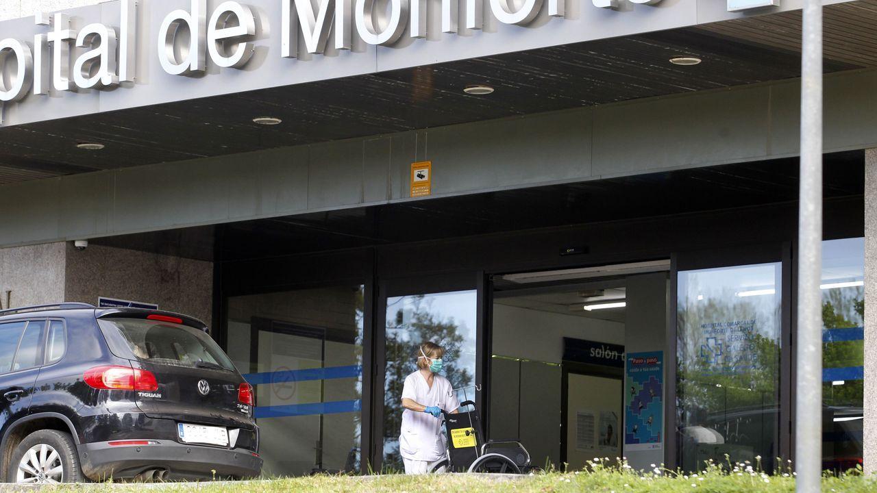 Policias, bomberos y guardias civiles de Monforte acuden a la entrada del hospital comarcal para participar en el aplauso a los sanitarios que teabajan durante la crisis del coronavirus.Entrada al área de urgencias del hospital de Monforte, donde se produjo la primera muerte por coronavirus en Lugo