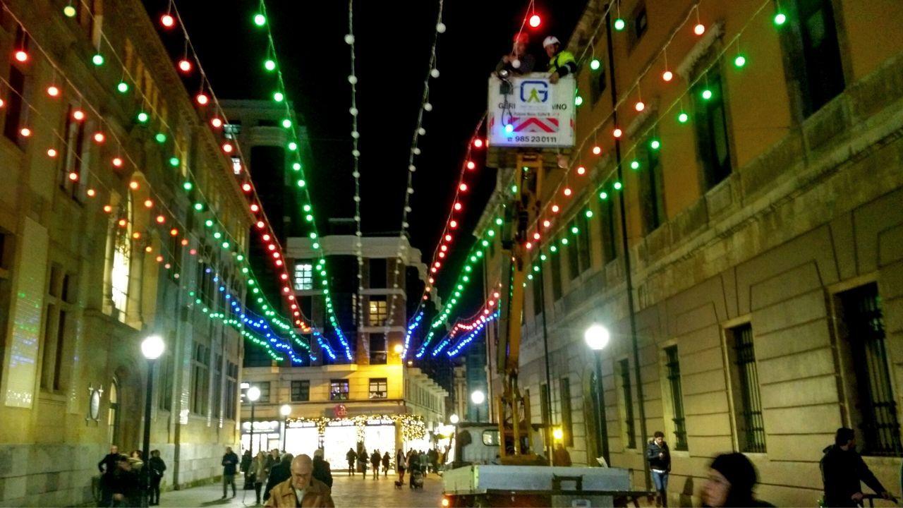 Últimos retoques en las luces de colores de la calle Francisco Tomás y Valiente, frente a la Escuela de Comercio