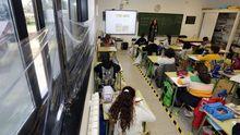 Un aula del colegio de A Lomba con todas las medidas preventivas activas