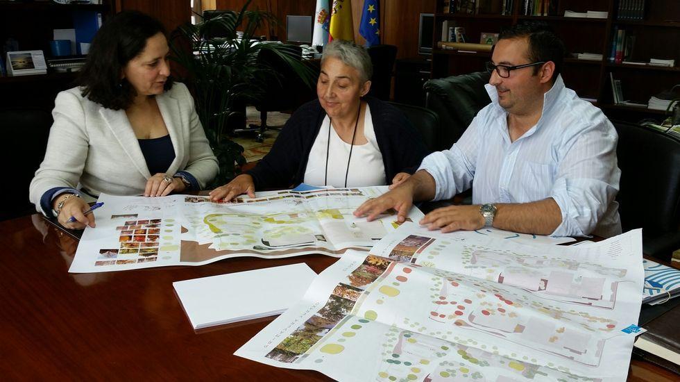 Entrega de coches patrulla del 092.Imagen del encuentro de ayer en la Delegación de la Xunta.