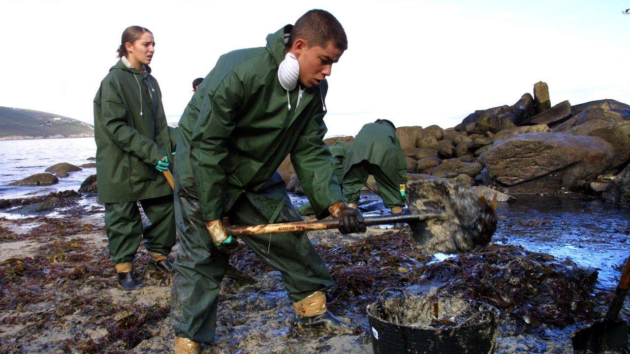 Soldados del Ejército limpiando fuel en Malpica
