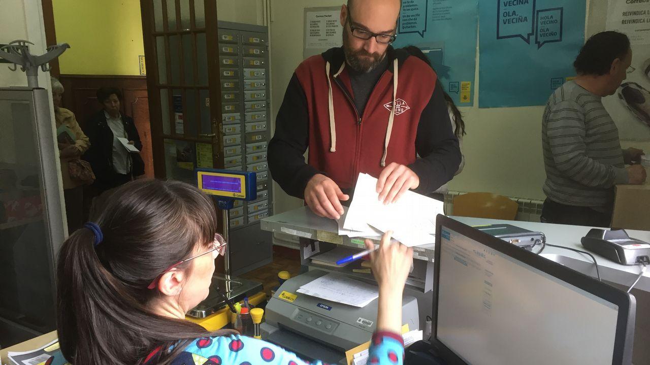 Alumnos del instituto Maruxa Mallo, de Ordes, y de otros centros gallegos hacen una prueba con un globo pequeño para el nuevo proyecto de la agencia espacial escolar, NOSA