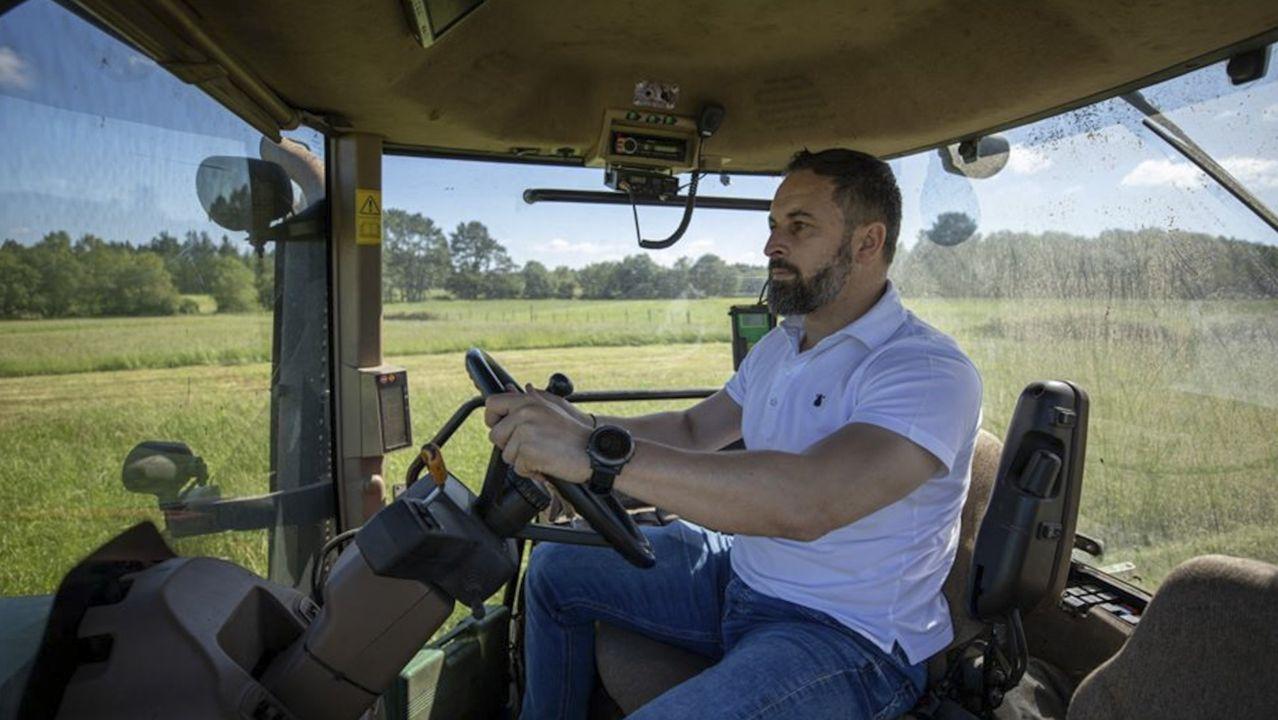 El líder de Vox, Santiago Abascal, en una granja de Guitiriz