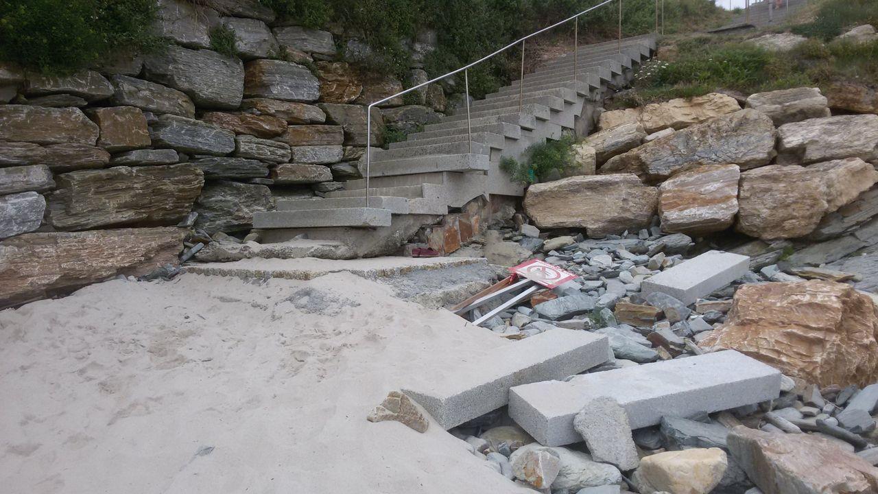 Los drones refuerzan la seguridad del baño en Montalvo y Silgar.Usuarios llegan a la playa de Rodiles