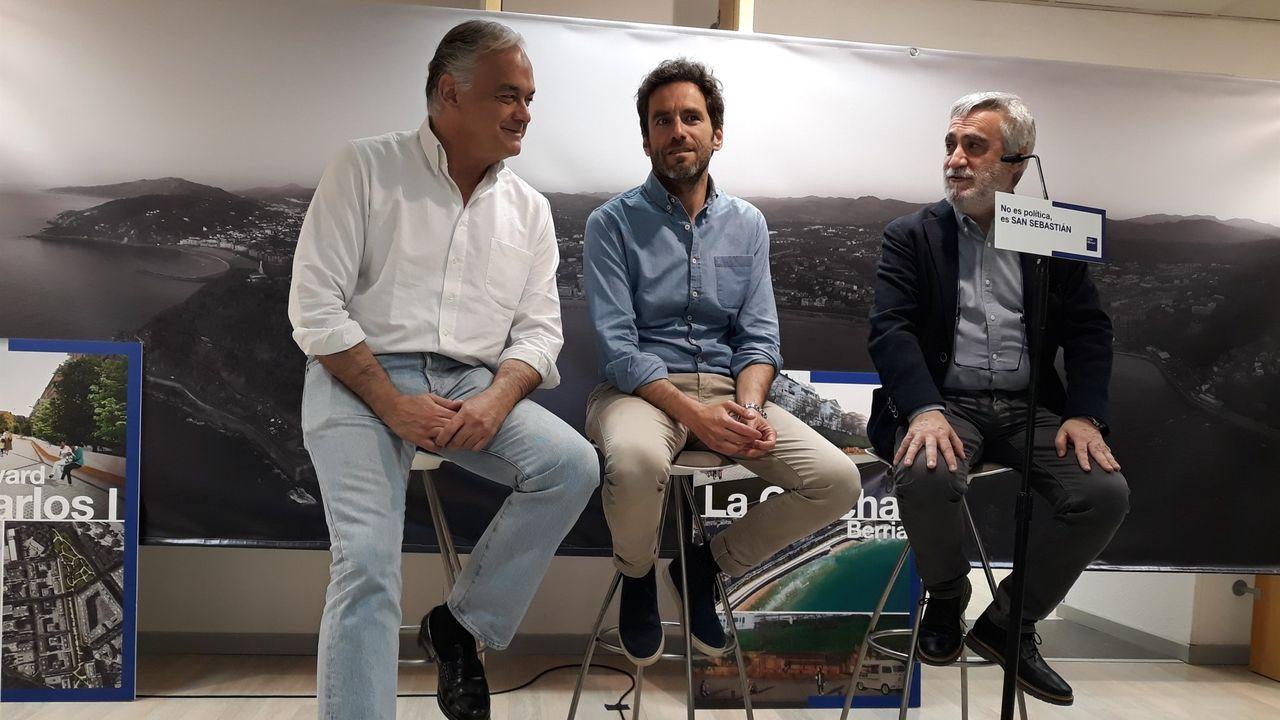 Juan Carlos Cano, primero por la derecha, con Borja Samper y Esteban González Pons en un acto celebrado en San Sebastián el pasado mes de mayo