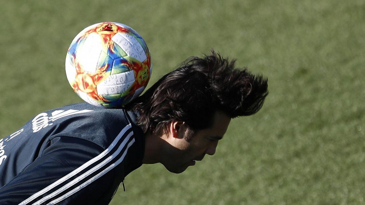 Fernando Hierro dirige un entrenamiento