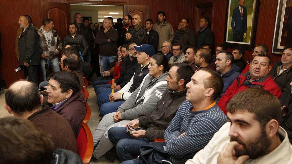 Los trabajadores de Ferroatlántica inician el cierre en el Concello de Cee
