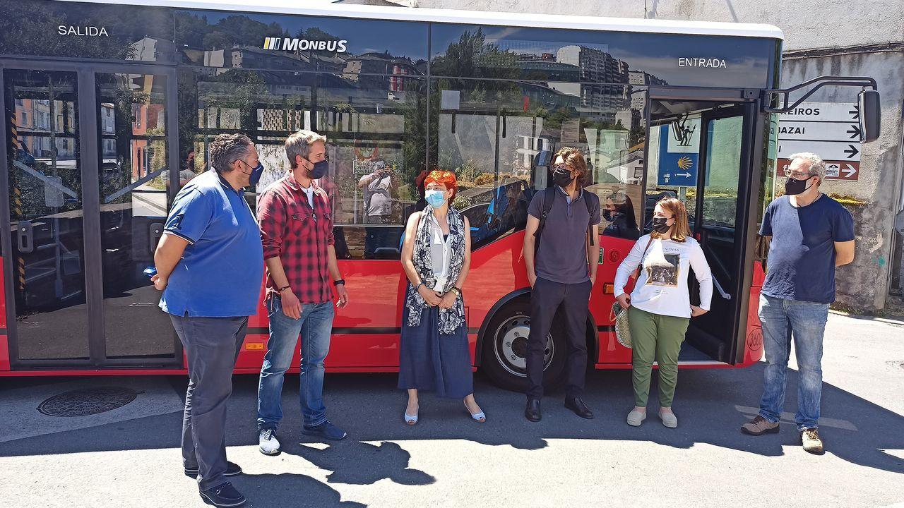 Rubén Arroxo junto al bus que cubre la línea del barrio de A Ponte