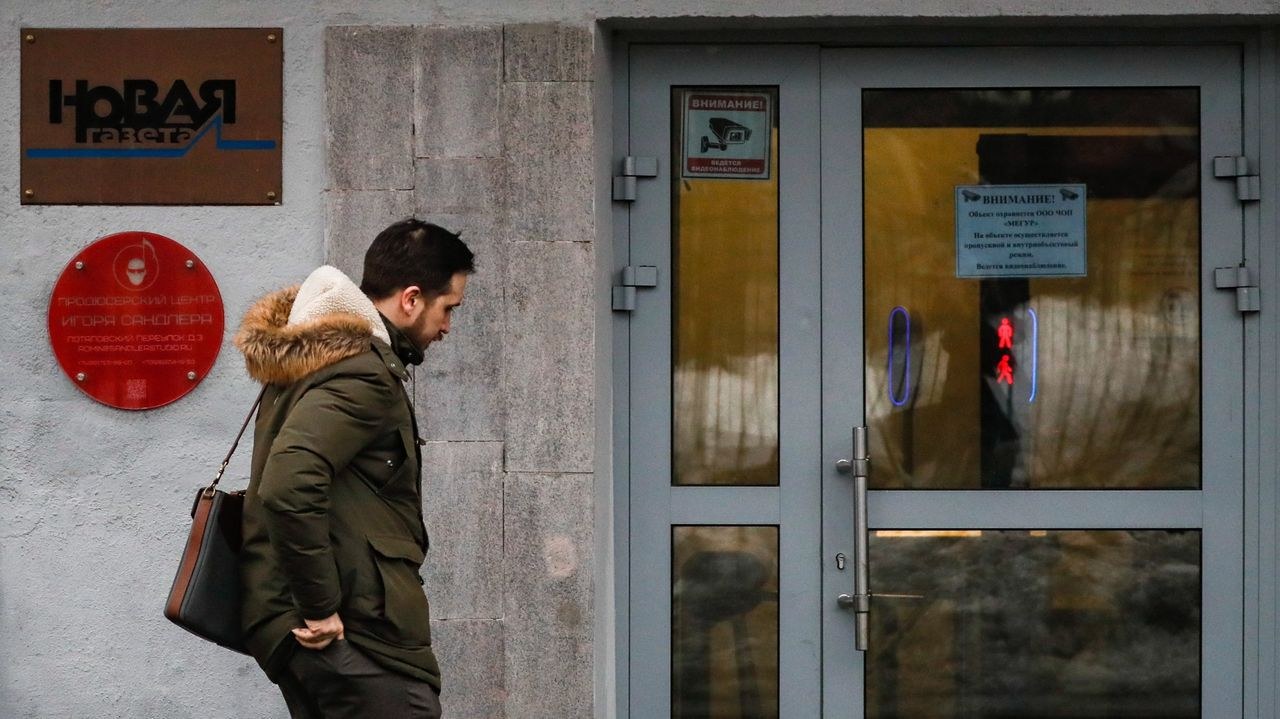 Un hombre camina ante la sede en Moscú del periódico «Novaya Gazeta»