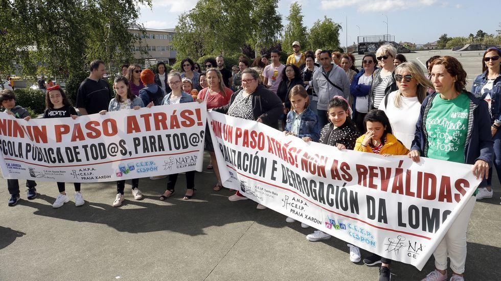 El martes hubo una concentración de familias en la plaza de A Negral, en Boiro