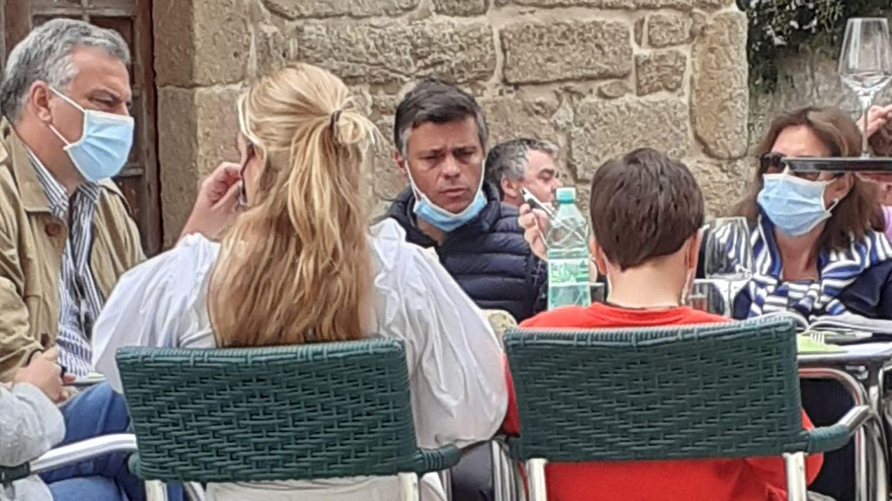 Leopoldo López y sus familiares tomando algo en una terraza de Cambados