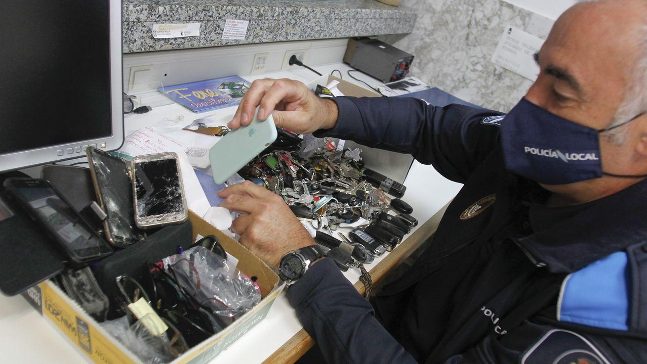 Francisco Rey, jefe de la Policía Local de Fene, muestra objetos perdidos que se acumulan en la oficina