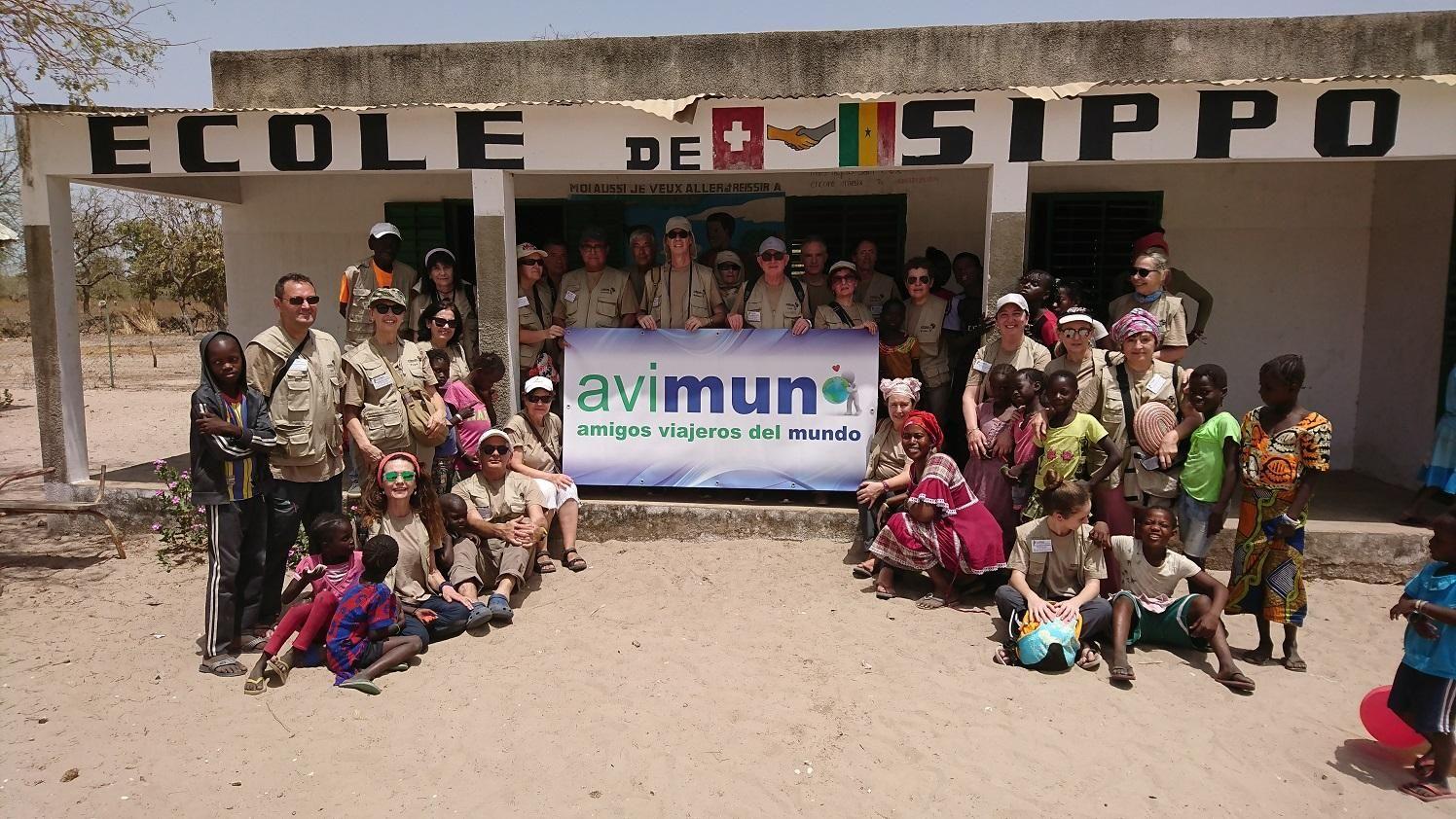Varios miembros de Avimun, delante de un colegio africano