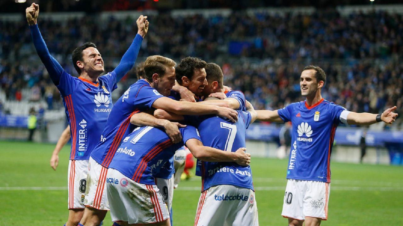Gol Saul Berjon Real Oviedo Almeria Carlos Tartiere.Los futbolistas azules celebran el 2-1 de Saul Berjon