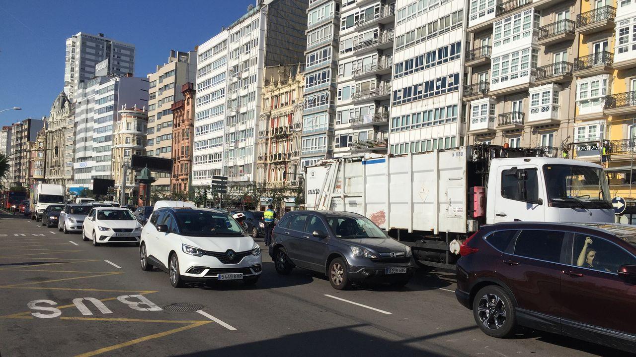 Atasco en el centro de la ciudad por la avería de un camión