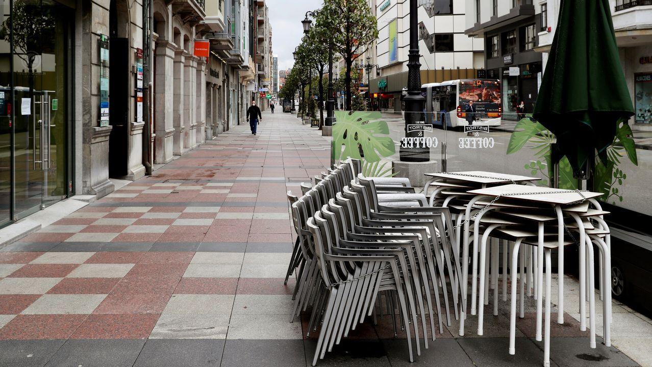 Una terraza de la calle Uría, en el centro de Oviedo, en pleno confinamiento por el coronavirus